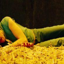 Кинул девушку в яму спидозных шприцов: фильм